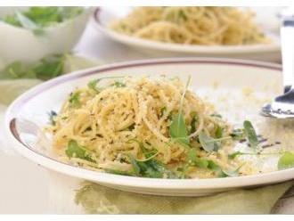 Spaghetti z migdałowym parmezanem, oregano i rukolą