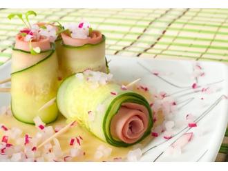 Męskie specjały na Dzień Kobiet - Koreczki z szynki i cukinii z serkiem fromage