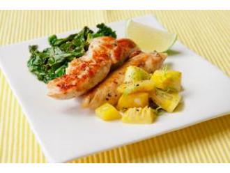 Pieczona pierś z kurczaka z duszonym jarmużem i sosem czosnkowym