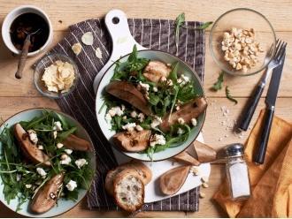 Sałatka z kozim serem, gruszką, orzechami i chrupiącym czosnkiem z dodatkiem rukoli