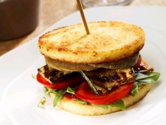 Hamburger z warzywami i plastrami kuskusu