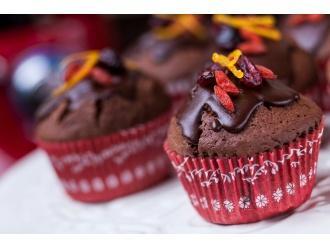 Czekoladowe muffinki z jagodami goji, żurawiną i świeżą skórką pomarańczy  z polewą z gorzkiej czekolady