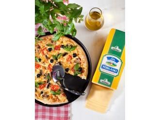 Pizza z serem Podlaskim MSM Mońki, pieczarkami i świeżymi pomidorami