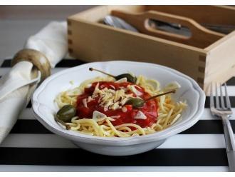 Przepis na lekkie bezglutenowe spaghetti z pieczarkami, jabłuszkami kaparowymi i płatkami czosnku
