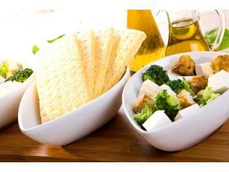 Sałatka z brokułów i sera feta z chlebkami Tovago