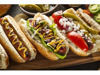 """Skąd wziął się """"gorący pies""""?  – poznajcie historię hot-dogów!"""