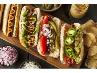 Pyszne hot-dogi z pastą z avokado