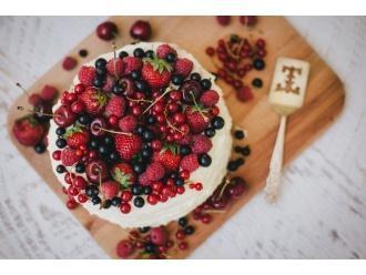 Tort z owocami sezonowymi i kremem z białej czekolady