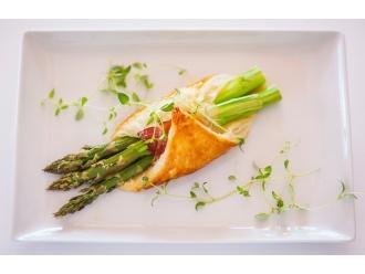 Szparagi zapiekane w cieście francuskim z szynką i serem