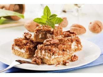 Ciasto kajmakowe z orzechami i daktylami