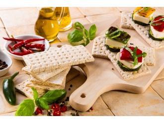 Koreczki z chlebkami Tovago i mozarellą