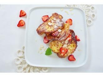 Śniadaniowa chałka z truskawkami