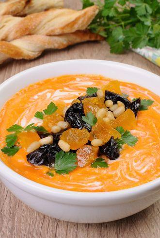 Zupa dyniowa z suszonymi śliwkami i morelami