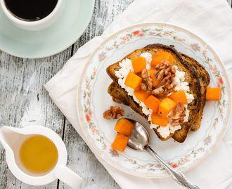 Tosty z twarożkiem, marynowaną dynią i orzechami – idealne na śniadanie