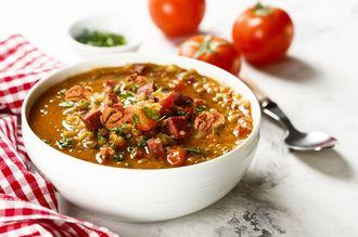 Rozgrzewająca zupa z soczewicy z orzechami włoskimi