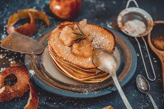 Pancakes z prażonymi jabłkami i cynamonem