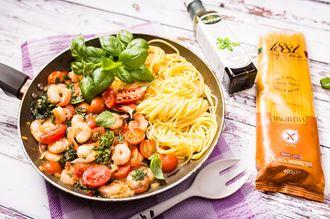 Spaghetti bezglutenowe z krewetkami i jarmużem