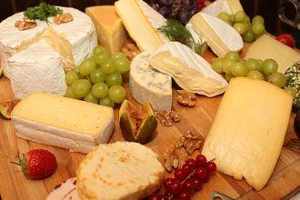 Feta, Gouda, Mozzarella, Roquefort – jak powstają najpopularniejsze gatunki serów?