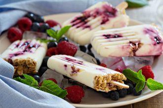 Lody jogurtowe z żurawinowym musem