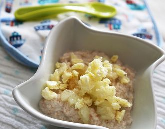Pełnoziarniste wspólne śniadanko - Pomysł na pełnoziarnistą kaszkę orkiszową z melonem i chrupkami – dla dzieci już po 8 mc i dorosłych