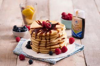 Diamantowe pancakesy z syropem trzcinowym i owocami