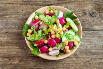 Mini sałatka z cieciorką i warzywami