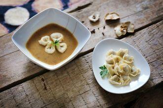 Przepis na aromatyczną i sycącą zupę grzybową z pysznymi, aromatycznymi uszkami wypełnionymi grzybami