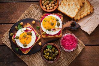 Nieśpieszne śniadanie – Tosty XXL z buraczanym hummuem i jajkiem