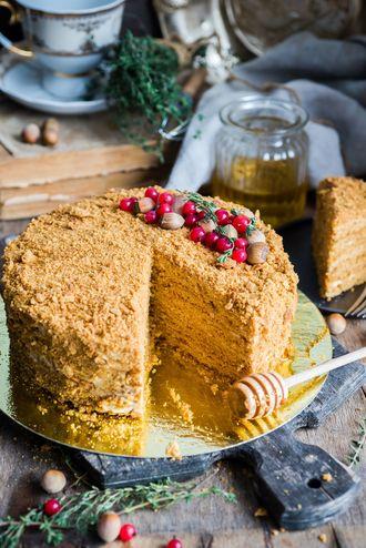 Aromatyczny tort miodowy z orzechami
