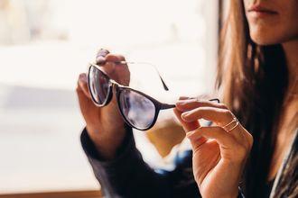 Twoje okulary parują po wejściu do pomieszczenia? Musisz to przeczytać!