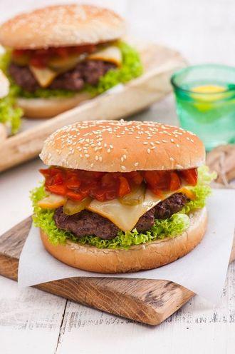 Burger wołowy z pikantną salsą i serem