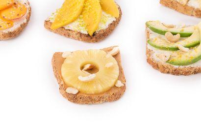 grzanki-z-zytniego-chleba-z-brzoskwiniami-i-miodem