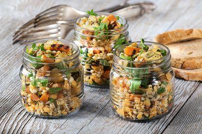 salatka-z-podpiekanej-marchewki,-czerwonej-soczewicy-i-ziol