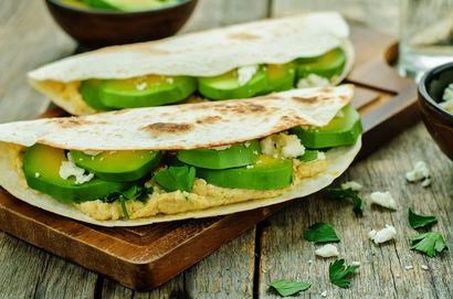 tortilla-z-hummusem,-awokado-i-serem-feta