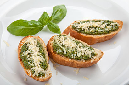 grzanka-z-pesto-bazyliowym