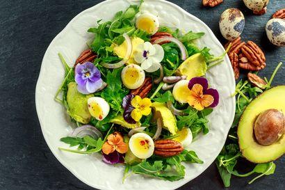kolorowa-salatka-z-orzechami-pekan