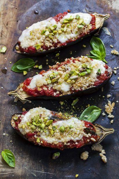 grillowane-baklazany-z-sosem-pomidorowym-i-chrupiaca-mieszanka-orzechow