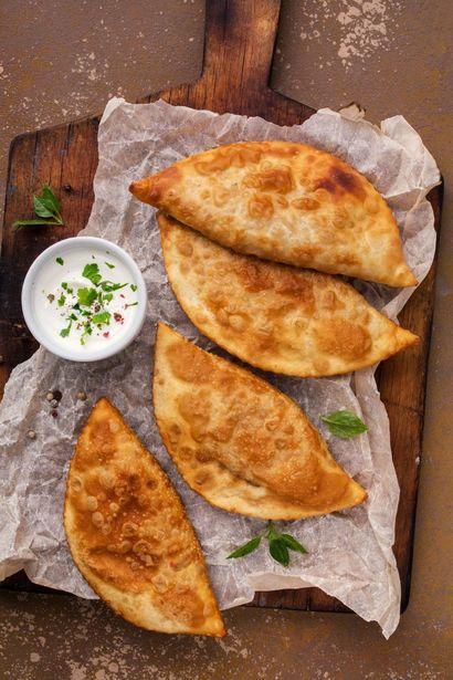 tatarskie-czebureki-z-farszem-miesno-serowym-i-sosem
